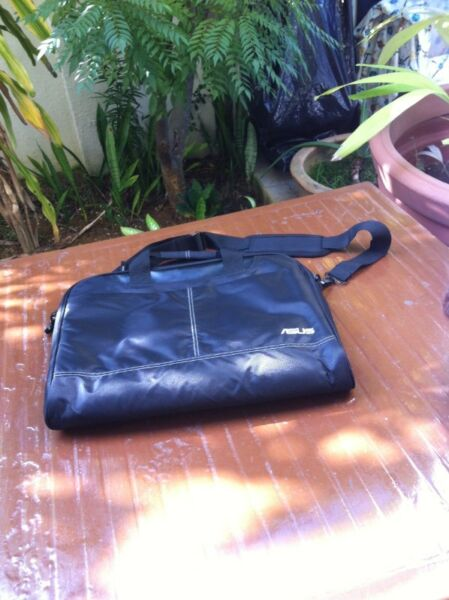 Asus laptop bag. Used only a few times and in good condition. Dimension 40 x 34 x 6cm.