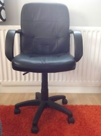 Black adjustable height desk chair £10