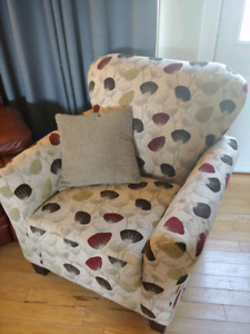 Love seat, accent chair and 2 pillows