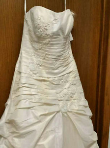 Unaltered Gorgeous Wedding Gown for Sale