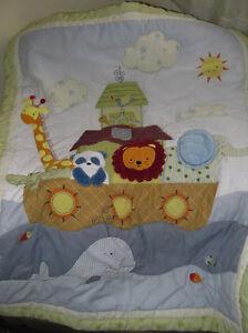 Bel ensemble de douillette pour lit de bébé (basinette).