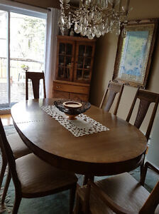Top quality Italian design dining room table with 6 chairs and a