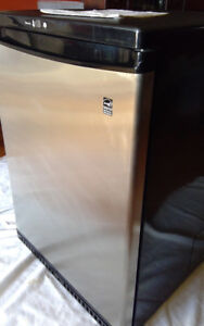 DANBY SILHOUETTE COMPACT FRIDGE model DAR604BL