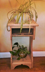 VINTAGE SOLID MAPLE END/SIDE/PLANT TABLE