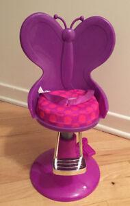 Chaise de coiffure et poupée