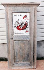 Armoire en bois de grange avec affiche Texaco.