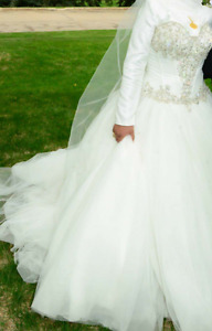 Allure wedding dress size 14 (only 3years old)