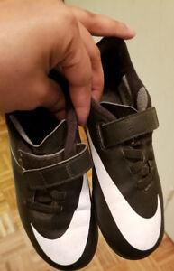 Nike soccer cleats boys size 13