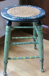 Tabouret vert en cannage Charming green cane stool