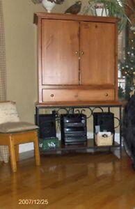 Meuble de collection de TV en pin de couleur teck  avec étagère.