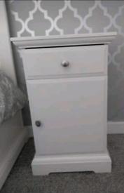 2 White bedside cabinets.