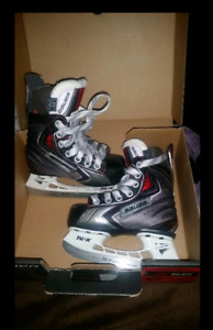 Bauer vapors.  size 8 youth. Brand new !
