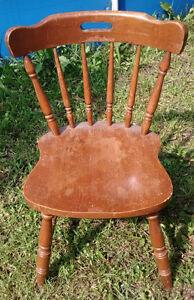 Chaise ancienne $ 15,   Chaise avec design en acier $ 15.   Chai
