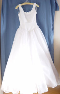 Alfred Sung Wedding Dress in White Size 8 –impeccable