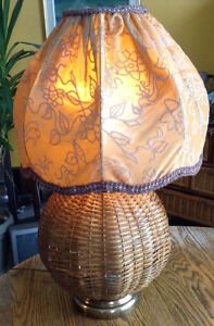 RARE VINTAGE LAMPE DE TABLE EN ROTIN ET ABAT JOUR EN TISSU Gatineau Ottawa / Gatineau Area image 8