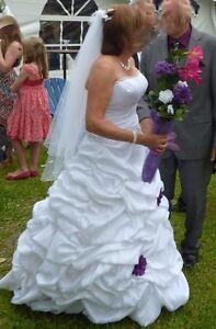 Robe de marié avec corsage lacé au dos ou de bal.
