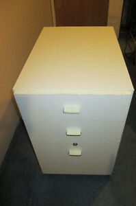 WHITE FILE CABINET ON WHEELS WITH 2 KEYS Classeur Blanc