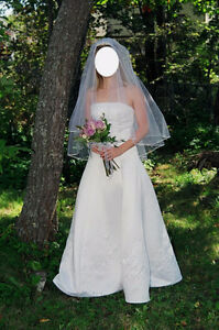 Beautiful Size 4 wedding dress with detachable train