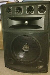 2 Speakers  Pyle Pro 800 Watts