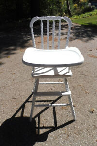 WHITE WOODEN  SPOOLED BABY HIGH CHAIR