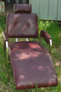 SALON LOUNGER CHAIR. TATTOOS? WAXING? PEDICURE?