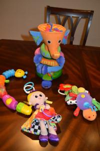 Lot des jouets pour bébé