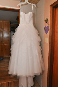 Beautiful Tulle Ball Gown Wedding Dress - SIZE 0
