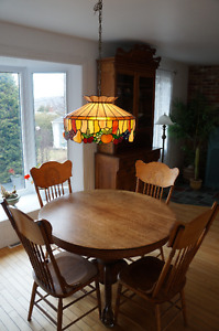 Ensemble table ronde et chaises antiques en chêne massif