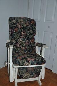 Chaise berçante en bois et tissus