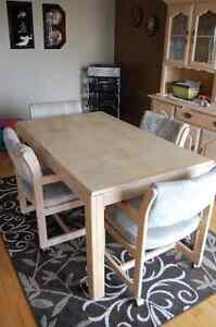 Dining Room Table + 4 Chairs with wheels