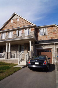 3 Bedroom Executive Townhome in Waterdown – Available April 1st