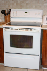 White Stove (Range) - Frigidaire - Beautiful & CLEAN - Flat Top