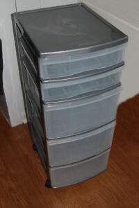 SET OF DRAWERS ON CASTERS