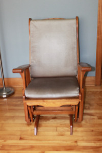 Chaise bersante en bois franc sur rouleau à billes avec coussins