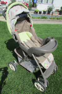 Stroller with 5 pt harness, basket underneath, cup holders
