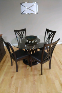 Table (Round) w/ 4 chairs