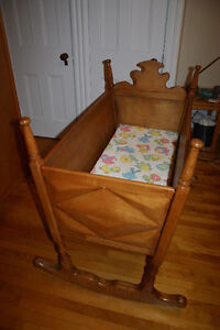 Berceau antique - Antique cradle/ crib Gatineau Ottawa / Gatineau Area image 2