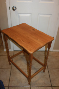 Antique knurled legs End table Excellent condition