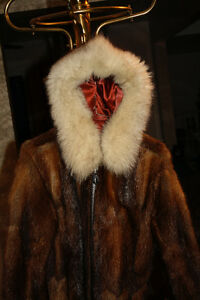 Hand crafted by Northwest Territories Eskimo. Muskrat and blue West Island Greater Montréal image 4