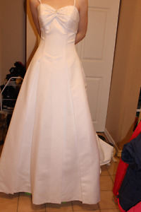 Beautiful unaltered wedding gown