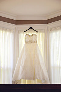 Beautiful Alencon lace wedding gown in immaculate condition