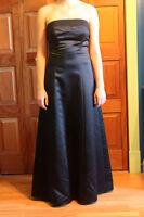 Belle robe de bal noir en satin, sans bretelle Granby Québec Preview