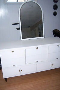 White bedroom dresser with 8 drawers / Mirror