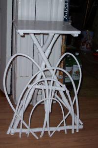 Petite table unique pour chalet ou style rustic.