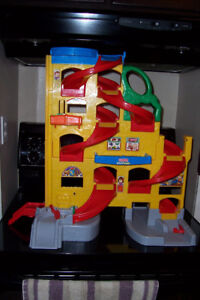 GROS GARAGE FISHER PRICE LITTLE PEOPLE VALEUR $60.00 POUR $25.00