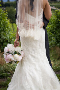 Beautiful *lace* wedding dress & veil for sale!