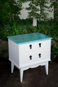 Table de chevet blanche et turquoise fraîchement restaurée