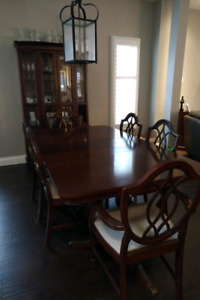 Dining Room Set In Excellent Condition