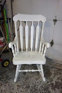 Chaise berçante en bois blanche