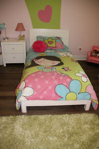 Déco chambre princesse:couvre-lit,tapis,coussin,rideaux,lampe